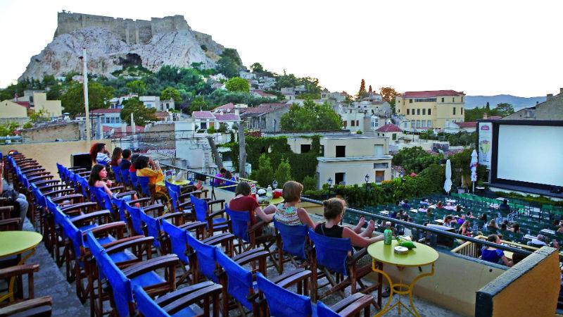 Tradition athénienne immanquable, le cinéma sous les étoiles