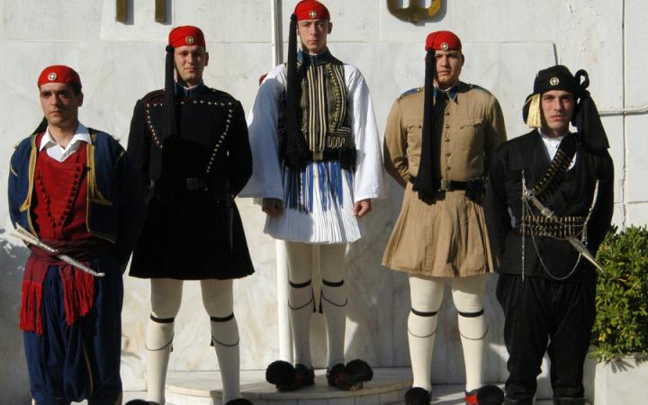 Le costume des Evzones (1/2) : derrière les coutures